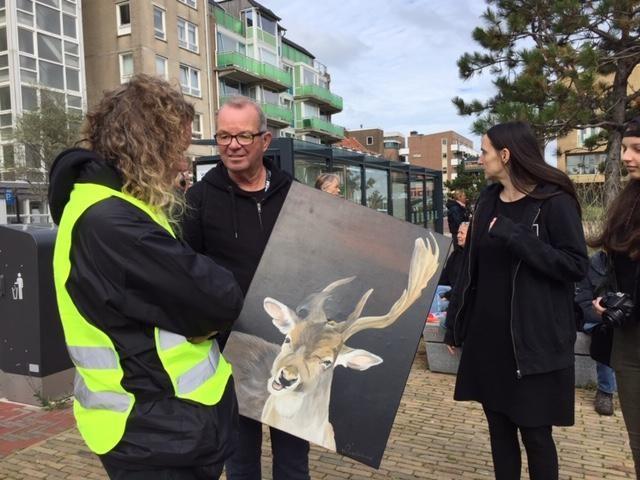 Tientallen bij protestmars in Zandvoort: 'Slachting van herten moet stoppen' [video]