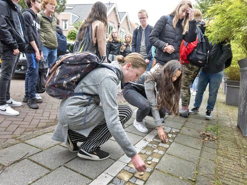 Jonge hoeders van 'struikelstenen' in Santpoort-Zuid; meer focus op lokale historie