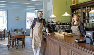 Eindelijk kan het theehuis van de Soester Paardenkamp open, al is het dan alleen nog maar het terras; exploitant Frank van der Grift staat te popelen: 'Met zoveel mogelijk producten van eigen erf'