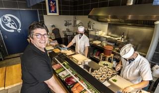 Japanse titel voor IJmuidenaar Marinus Noordenbos van Hokkai. 'Dit is een motivatie om de Japanse eetcultuur bij nog meer mensen te introduceren'