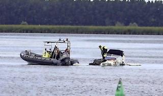 Boot zinkt op Gooimeer bij Huizen; gezin met hond van water gehaald