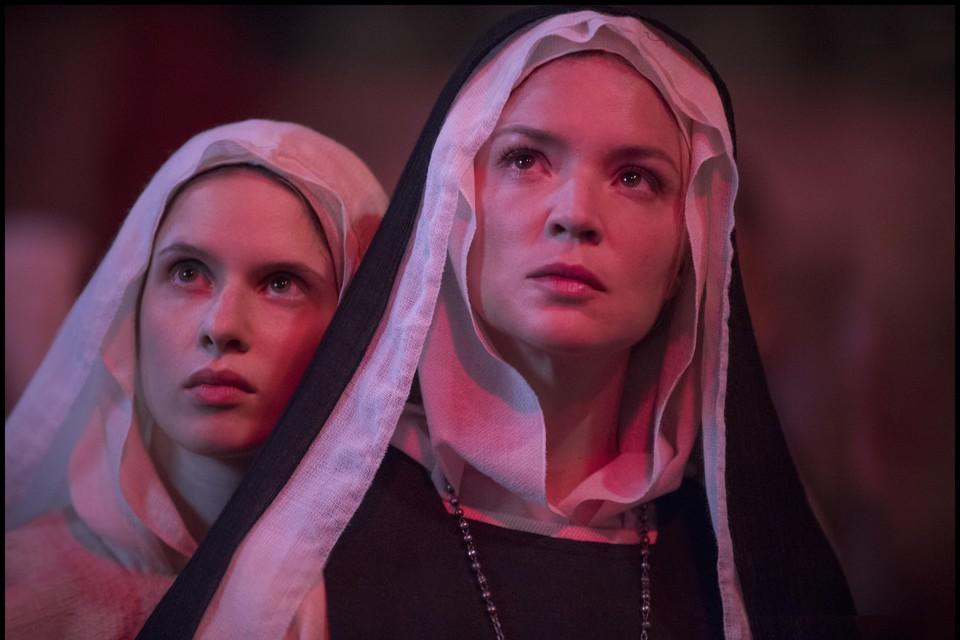 Scène uit Paul Verhoevens 'Bernadette' met in de titelrol Virginie Efira (r.).