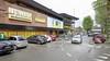 Supermarkt Jumbo aan de Larenseweg krijgt er vijfhonderd vierkante meter winkel bij. Grootscheepse verbouwing later dit jaar. 'Parkeren kan straks alleen nog op het dak'