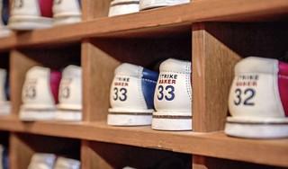 'Als ik straks een spare gooi, ga ik als beste derde door', zegt Frenkie de Jong tijdens het uitje op de bowlingbaan | EK-column