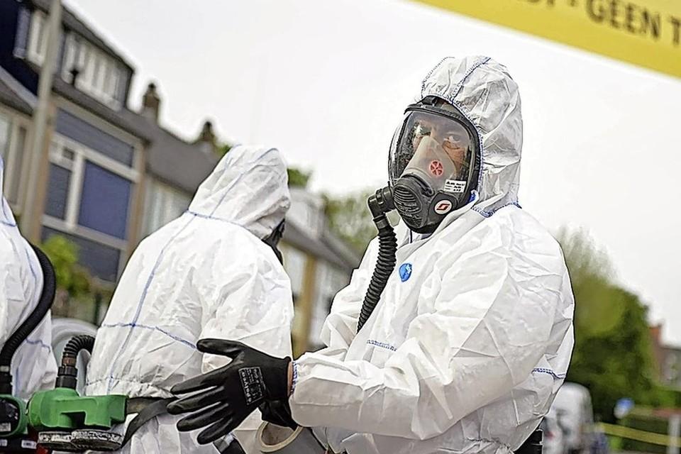 Na een brand ruimt een gespecialiseerd bedrijf de asbestdeeltjes op.