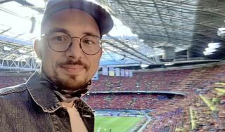 'Hij checkt de apps van CoronaCheck en de Official EURO 2020 Tickets-app en ziet dat het goed is. Ik mag naar binnen' | EK-column
