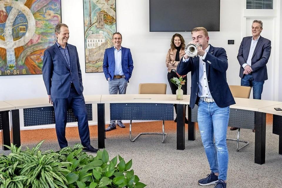 Jeffrey Parmentier tovert met zijn trompetspel ook een glimlach op de gezichten bij B en W. Vanaf links: burgemeester Arie van Erk en de wethouders Jan van Rijn, Karin Hoekstra en Anne de Jong.