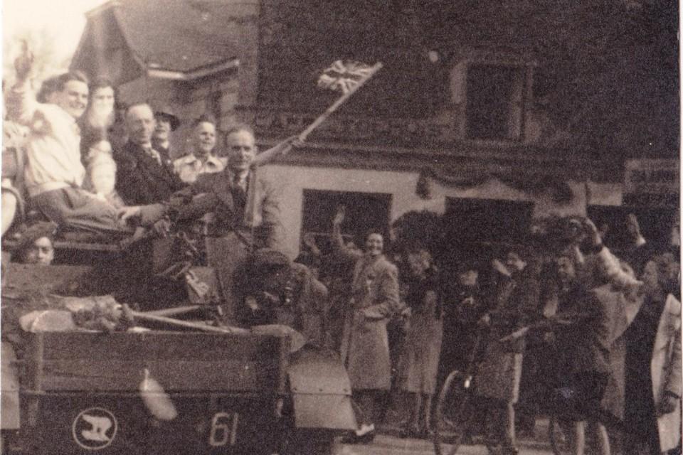Hilversum, Emmastraat tijdens bevrijding.