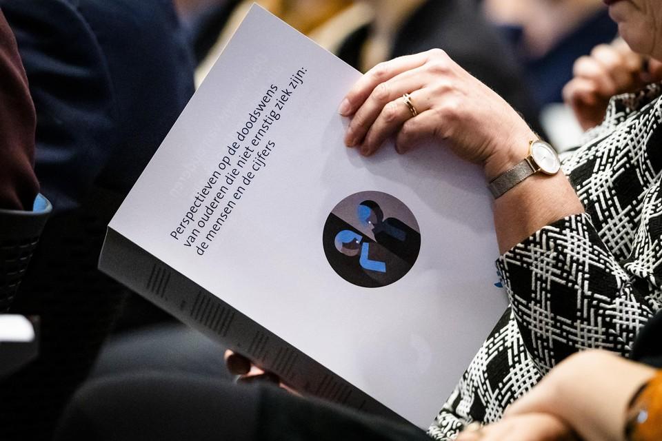 Het onderzoeksrapport 'Voltooid leven'. Van Wijngaarden onderzocht, in opdracht van het ministerie van Volksgezondheid, Welzijn en Sport, doodswensen van 55-plussers.