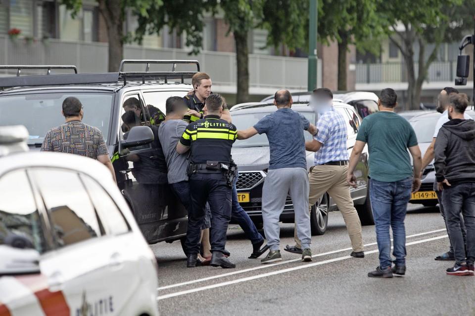 De politie raakte in het nauw door de toesnellende mensen.