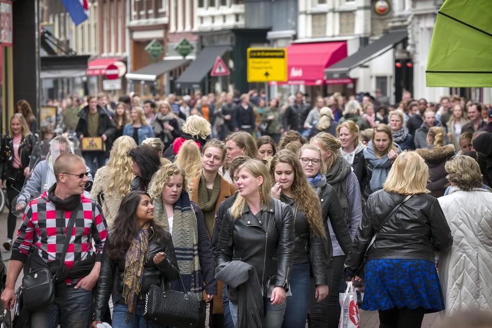 Drukte met Bevrijdingspop in de Kruisstraat in Haarlem.
