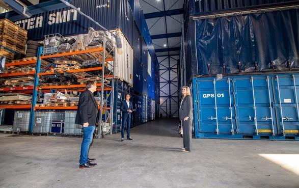 Máxima steekt werknemers transportbedrijf in Nieuw-Vennep hart onder de riem