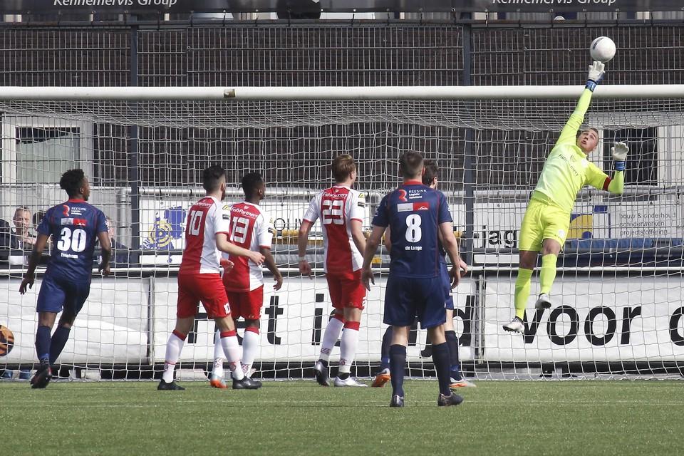 IJsselmeervogels-keeper Jaimy Schaap tikt een afstandsschot over.