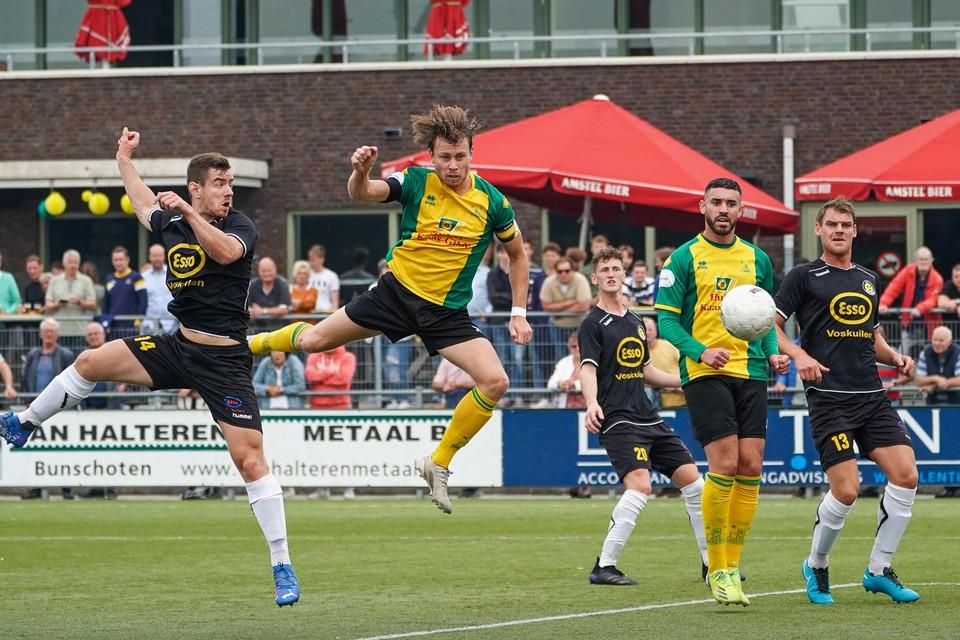 Theo Visser doet in de thuiswedstrijd tegen Woudenberg wat hij dit seizoen zo vaak doet: scoren.