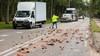 Vrachtwagen verliest lading op N221, omstanders beginnen spontaan met puinruimen