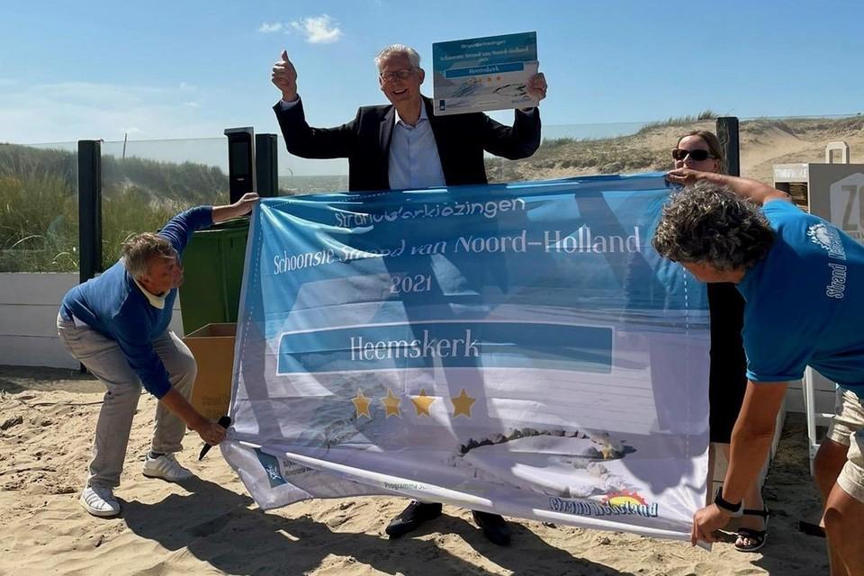 Wethouder Frits Brouwer heeft het diploma voor het strand van Heemskerk gekregen.