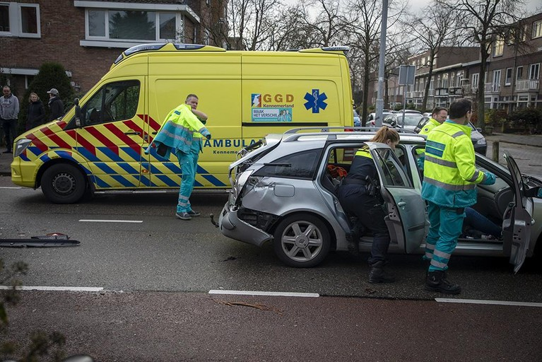 Twee gewonden bij botsing taxibusje en personenauto in Haarlem