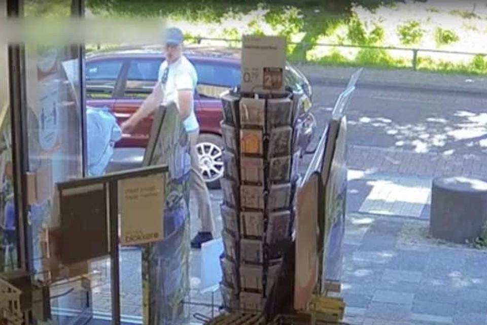 De politie verspreidde beelden van de kettingrukker. Volgens het openbaar ministerie is het de 26-jarige Jimmy de G. uit Uithoorn.