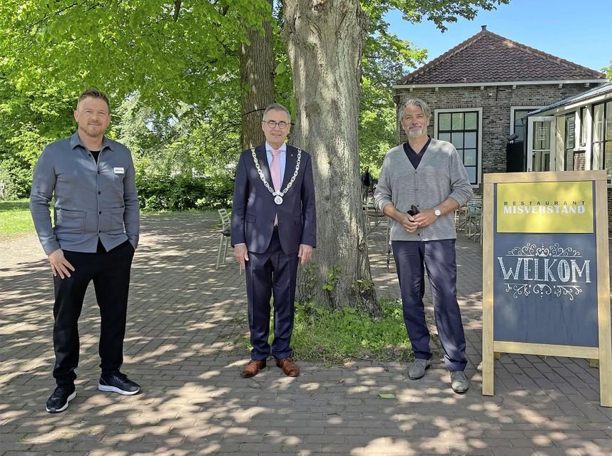 Johnny de Mol (links) presenteert het programma