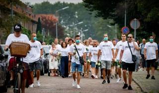 T-shirts, rozen en een erehaag voor Bas van Wijk; Nabestaanden lopen stille tocht door Badhoevedorp [video]