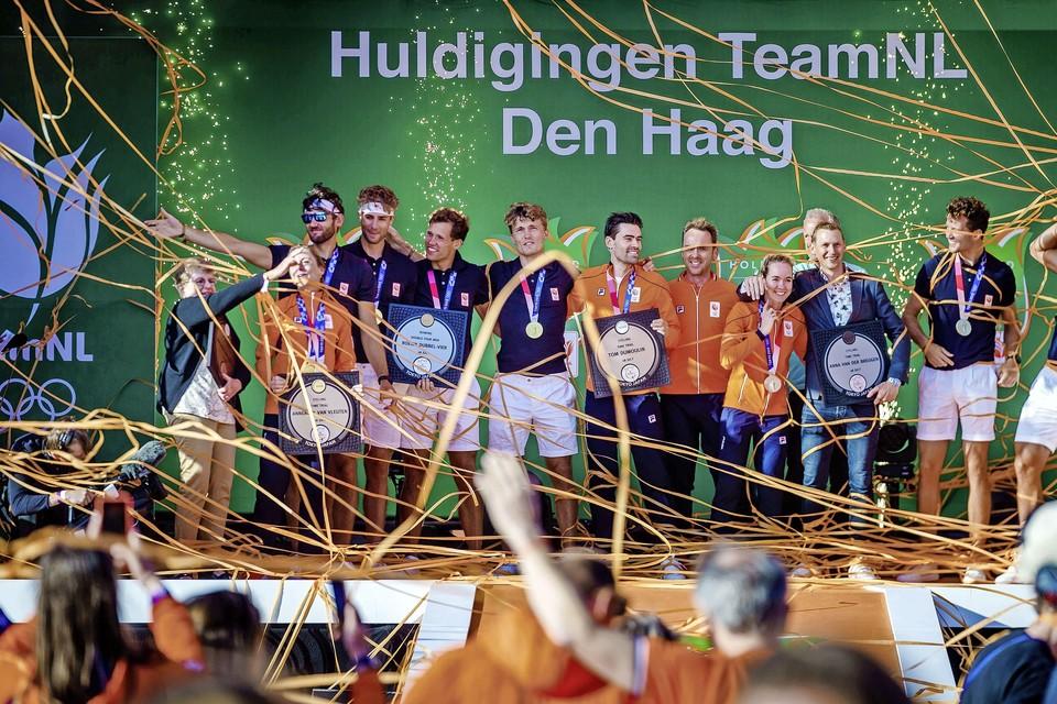 De eerste lading medaillewinnaars in Scheveningen, aangevuld met Ria van Vleuten, de moeder van gouden medaille-winnares Annemiek van Vleuten.