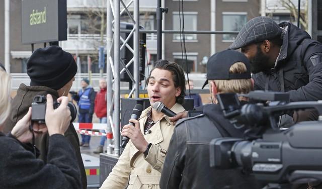 Demonstratie tegen lockdown op Marktplein Hilversum start haast gemoedelijk. Paar honderd aanhangers Nederland in Opstand komen samen. 'Ik heb een fucking schijthekel aan afstand houden' [video]