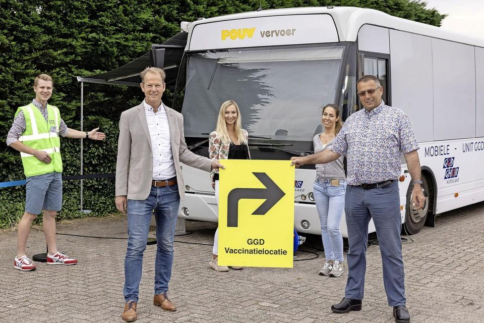 Op de voorgrond burgemeester van Hillegom Arie van Erk (links) en Peter Ruigrok, directeur van Ruigrok Productie.