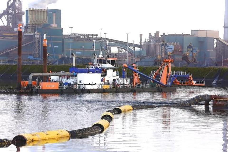 De VOX Amalia wordt gebunkerd vanuit het baggerdepot door de hopperzuiger Biesbosch. Het schip brengt het vervuilde slib naar een depot in Rotterdam.