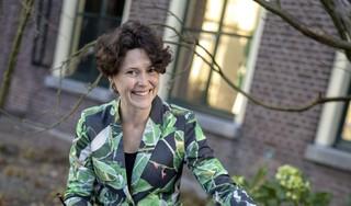 Botanisch tekenaar Esmée Winkel pelt met haar penseel de chaos af