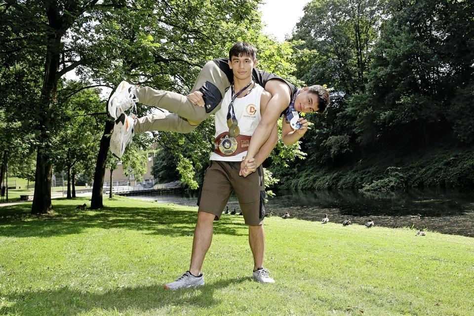 De worstelaars en eeneiige tweeling Marcel (staand) en Tyrone Sterkenburg, goed voor historisch goud en zilver bij het WK junioren.