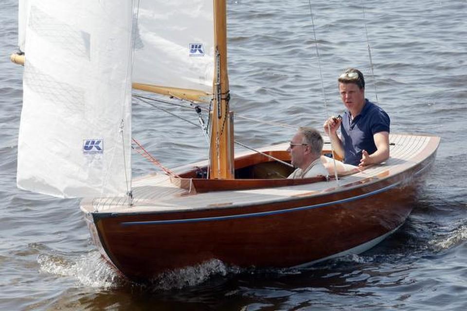 Bob Heineke (rechts) stelt verslaggever Edward de Vries Lentsch gerust: ,,Hij kan niet omslaan, hoogstens water scheppen.''