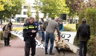 Pompende muziek met schoten erdoorheen in Huizen bij protest tegen wapenleverantie door Thales