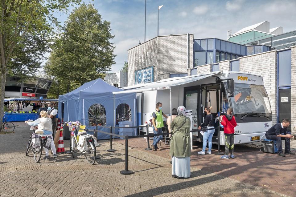 De prikbus staat de komende dinsdagen bij winkelcentrum Schalkwijk.