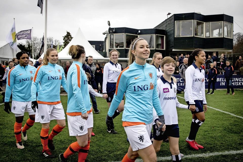 Anouk Hoogendijk Anouk Hoogendijk tijdens de traditionele nieuwjaarswedstrijd van de oud-internationals.