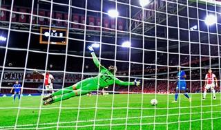Ajax knokt zich met tien man naar zege op Vitesse [video]