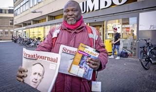 Studenten zijn geraakt door verhaal van Straatjournaalverkoper Victor Okoro en zamelen 12.000 euro in: 'Zijn verhaal brak mijn hart echt'