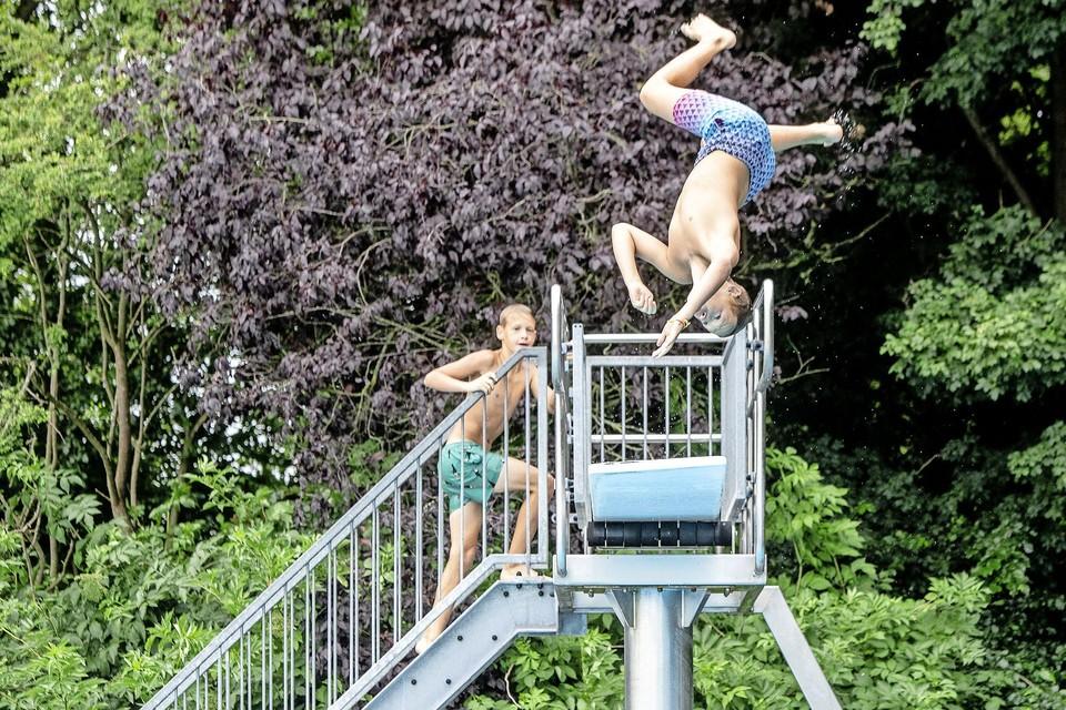Als de banenzwemmers klaar zijn, nemen de gezinnen en jongeren bezit van het zwembad.