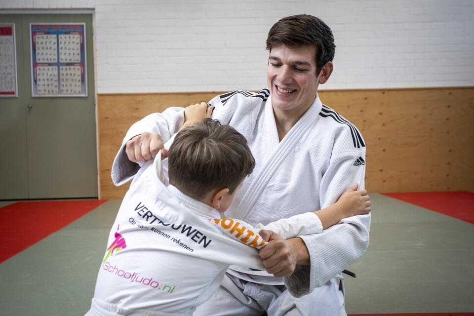 """Judoleraar Jesse Thörig met zijn zoontje: ,,Door Schooljudo krijgen kinderen een andere relatie met fysiek contact."""""""