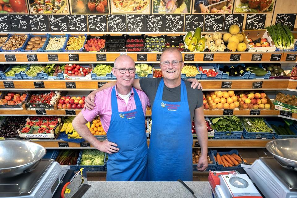 Bert en René gebroederlijk in hun groentezaak.
