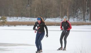 Het is zover: de eerste schaatsers draaien hun rondjes op het Pluismeer; 'Echt een genot! En ook nog het perfecte plaatje met die zon, de sneeuw en de wilde koeien!' [video]