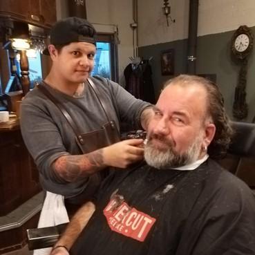 Ton van Krieken doneert staart voor een haarwerk