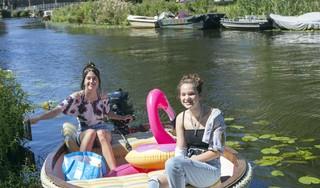 Boten en bootjes op het Spaarne: voor de echte zomerpret gaan Sarah en Sharon met The Duke de Mooie Nel op