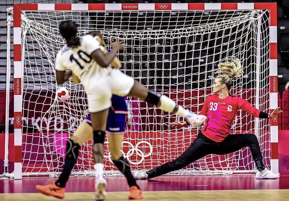 Grace Zaadi Deuna van Frankrijk scoort in de kwartfinale handbal in de Yoyogi-sporthal op de Olympische Spelen.
