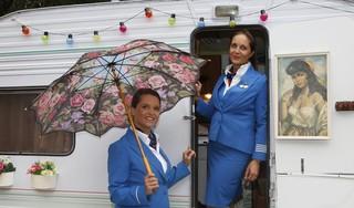Onzekere tijden voor stewardessen Renée en Joyce Rakhorst: wie vliegt eruit en wie mag er blijven?