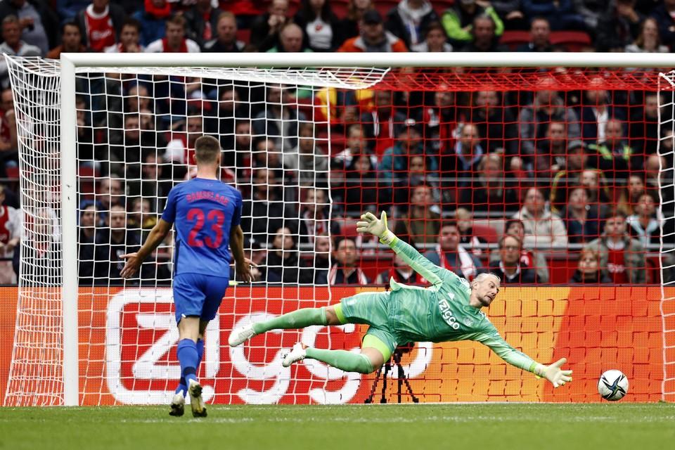 Ajax-goalkeeper Remko Pasveer reageert op een schot van Django Warmerdam van FC Utrecht.