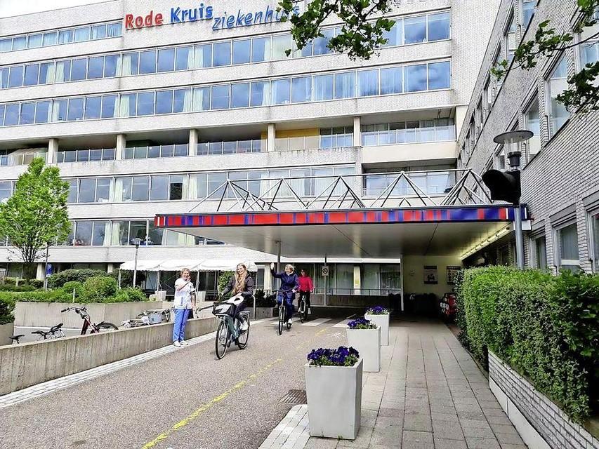 Annika Koppen ven het Oncologiecentrum zwaait Ella, Dorien en de 13 jarige Rosalie uit. Die fietsen naar het OLVG in Amsterdam.