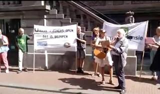 Muzikaal protest voor de rechtbank, Milieudefensie eist sluiting Kunstijsbaan Haarlem [video]