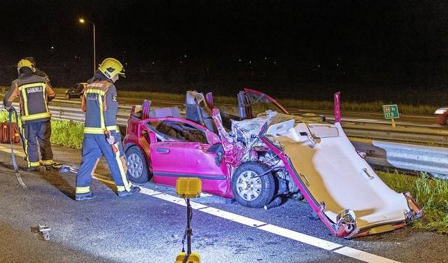 Auto rijdt op A4 tegen pijlwagen en vliegt in brand, automobilist ernstig gewond [video]