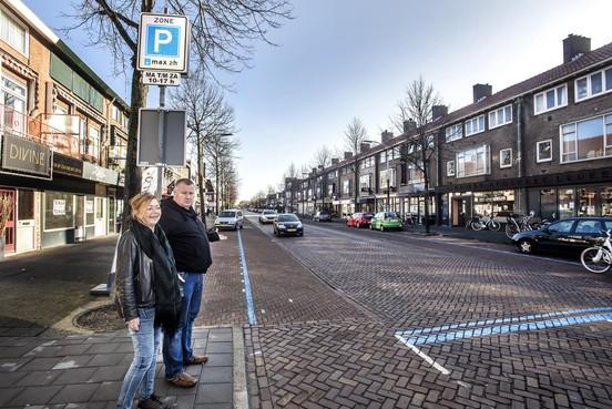 Handtekeningenactie bewoners tegen blauwe parkeerzone op Kennemerlaan IJmuiden