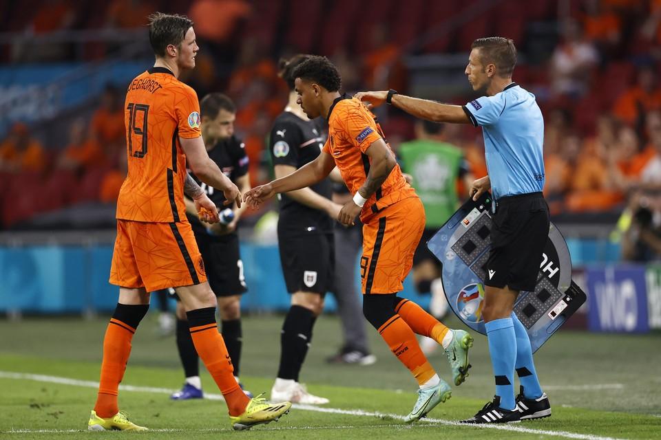 Wout Weghorst wordt gewisseld voor Donyell Malen tijdens de wedstrijd tegen Oostenrijk.